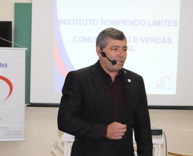 Colaboradores da FUVS fazem treinamento com palestrante do instituto Rompendo Limites